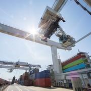 Dritter Kran für Containerterminal im Hafen Wien